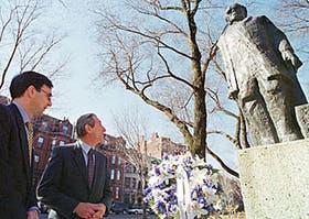 El ministro de Educación, Juan José Llach, rindió honores a Sarmiento frente al momumento que lo recuerda en Boston, en marzo último