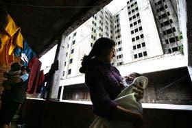 """Paula tiene un hijo de dos años y otro de seis meses, y logró mudarse del """"edificio"""" a la villa"""