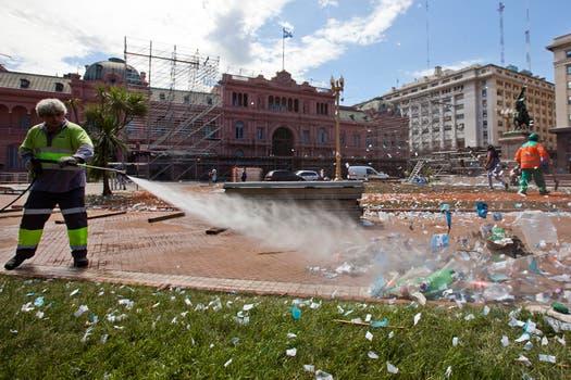 Un fuerte operativo de limpieza se montó en la Plaza de Mayo luego del megafestival organizado por el Gobierno. Foto: LA NACION / Ezequiel Muñoz