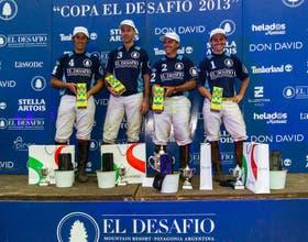 El equipo ganador festeja en el podio