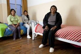 Claudia Barroso, junto a su madre y su hija, espera un trasplante de hígado en la Fundación Argentina de Trasplante Hepático