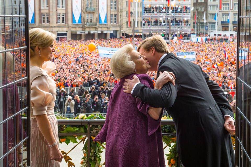 Una imagen desde adentro del Palacio. Guillermo y Beatriz comparten un tierno beso, mientras Máxima los mira atenta..