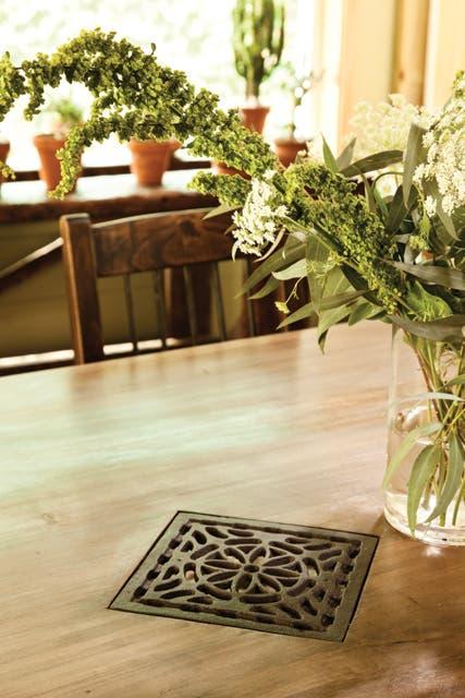 Sobre la mesa, detalles artesanales como las rejillas hechas con moldes antiguos.  Foto:Living /Javier Csecs