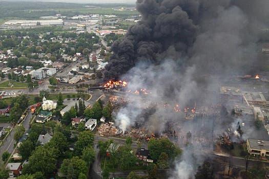 La explosión del petróleo incendió las viviendas cercanas a las vías. Foto: Reuters