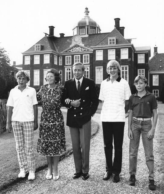 La familia real posa en su residencia, Huis ten Bosch, en 1983. Foto: /AP y Getty Images