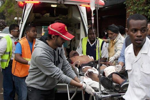 Un herido es trasladado; las víctimas son más de 50. Foto: AP