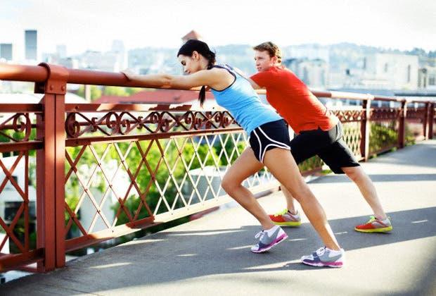 Ahora que todos corremos, ¿qué le pasa al cuerpo cuando nos calzamos las zapatillas? Radiografía de los cambios que nos sanan mientras tomamos la calle.