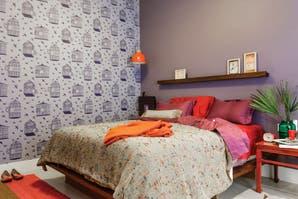 Un dormitorio con texturas y colores