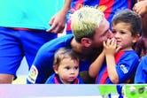 Teñido de rubio, Lionel Messi junto a Thiago y Mateo (en brazos)
