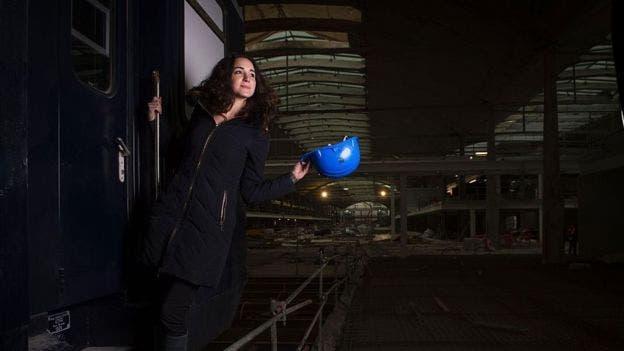 La joven emprendedora estadounidense Roxane Varza es la directora del proyecto, financiado por el multimillonario francés Xavier Niel (arriba a la dcha)