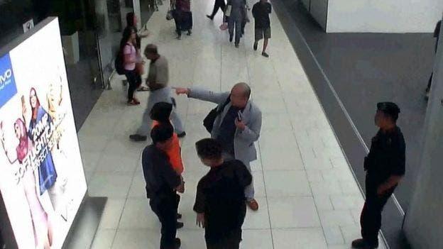 Kim Jong-nam pidió ayuda a los funcionarios del aeropuerto después de que le pasaron por la cara el agente nervioso VX.