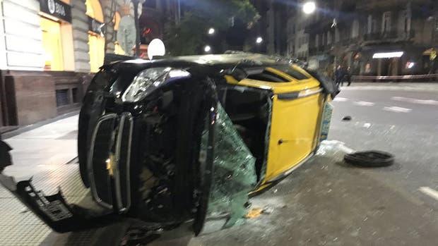 Violento choque entre un patrullero y un taxi