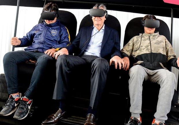 Antes de viajar a Hamburgo, Macri probó en Tecnópolis un simulador de 4D