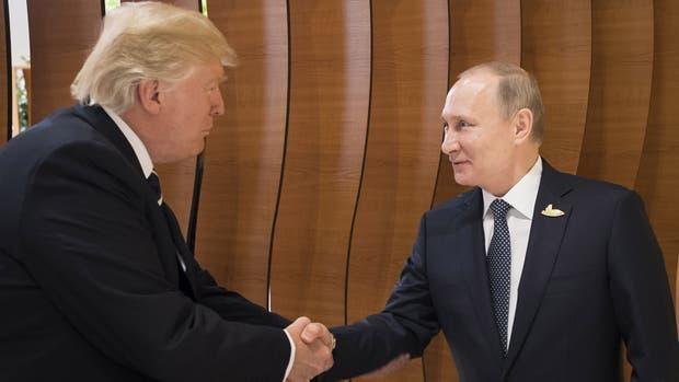 El primer encuentro cara a cara entre Donald Trump y Vladimir Putin