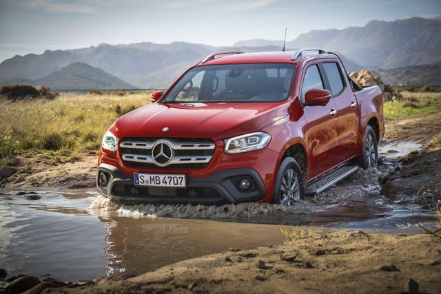 La nueva pickup de Mercedes-Benz en un vado