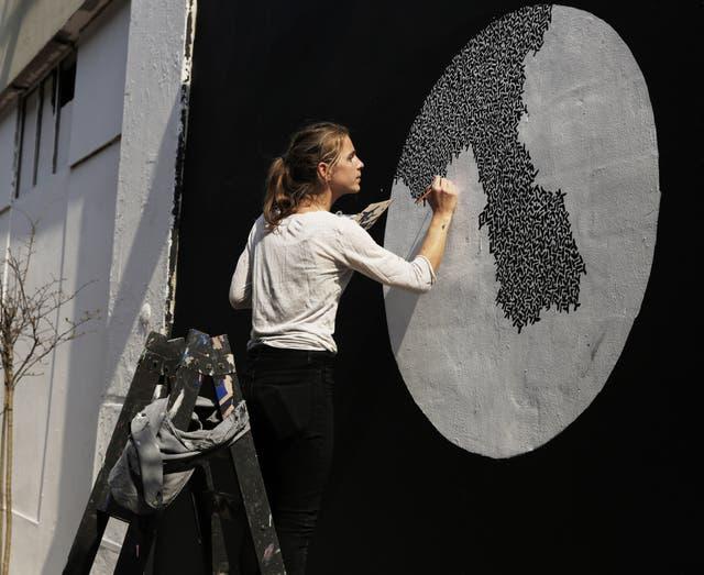 La artista Adélaïde Aronio, en pleno trabajo