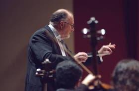 Andrés Spiller, al frente de la orquesta