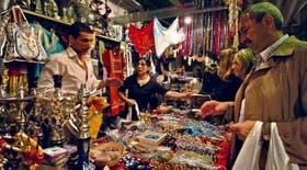 Objetos para todos los gustos y de las más variadas procedencias, en la Feria de las Naciones