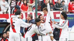 Abelairas levanta a Buonanotte en el festejo del primer gol; Tuzzio, Ortega y Falcao acompañan