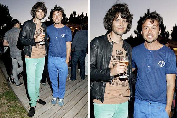 Eduardo Costantini y Wally Diamante, ambos con jeans de colores, estuvieron en la fiesta de Stella Artois. El evento se hizo al atardecer, en Las Cárcavas, en Punta del Este. Foto: Grupo Mass