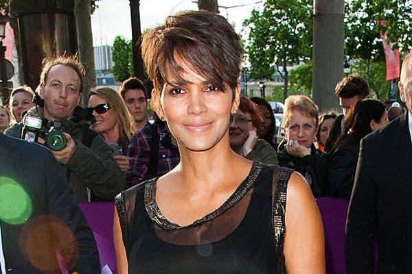 Con el pelo más largo, peinado hacia adelante, su estilo actual. Foto: Celebritieswonder.net