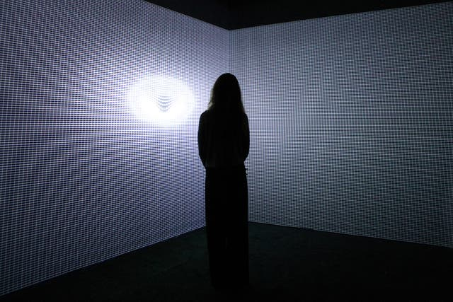 En Gravity, el público es guiado por las luces que provienen de las obras