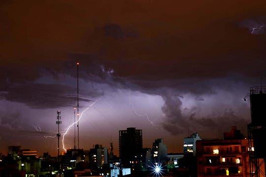 Una fuerte tormenta de viento y lluvia cayó sobre Buenos Aires causando graves daños. Foto: Télam