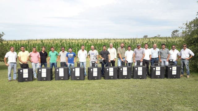 El equipo de profesionales junto a los drones que monitorearán los cultivos