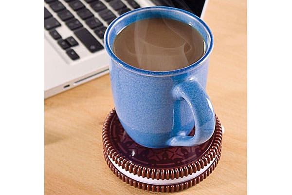 Si sos de los que tarda en tomar el café y se te enfría, podés usar este calentador en forma de galletita. Foto: Trendenciasshopping.com