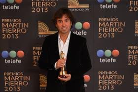 Martín Fierro, en mano. Gonzalito y la foto de rigor.