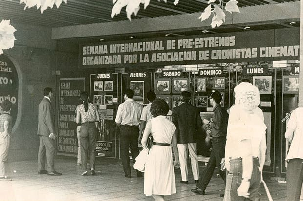 La entrada del cine Capitol, vieja gloria de la avenida Santa Fe