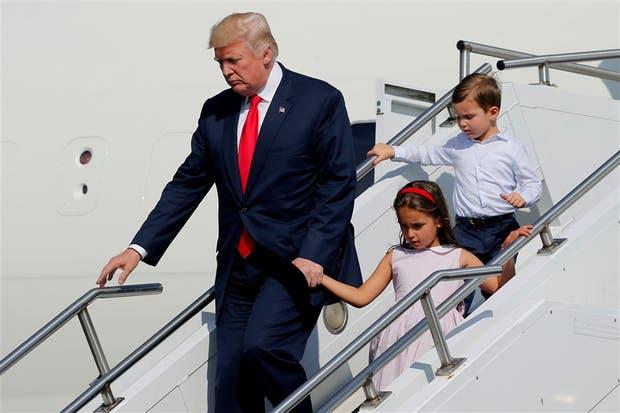 Trump y sus nietos, bajando del avión presidencial para iniciar las vacaciones