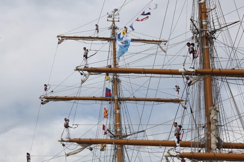 Los marineros preparado para amarrar en el puerto. Foto: LA NACION / Guadalupe Aizaga
