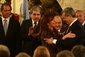 Cristina Kirchner saluda a Julián Domínguez, durante su asunción como ministro de Agricultura