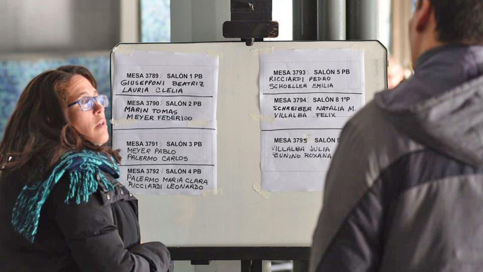 En Rosario desde muy temprano las escuelas comenzaron a recibir a los votantes. Foto: LA NACION / Marcelo Manera