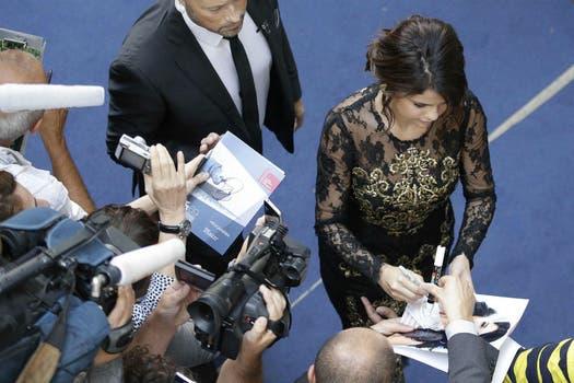 Como suele hacer en los eventos, Selena les dedico unos minutos a sus fans. Foto: Reuters