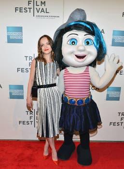 Christina Ricci es una pitufina, y abraza alegre a su personaje en cuestión, en un festival de cine en Nueva York. Foto: AFP