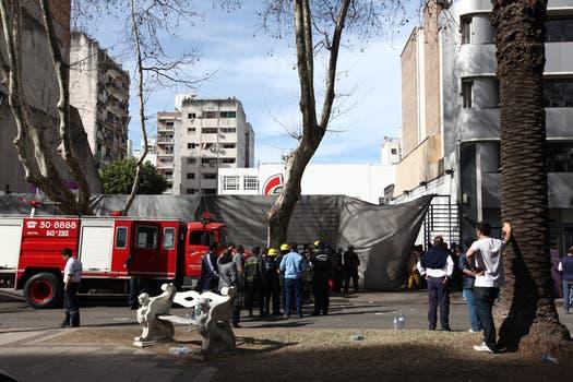 El grupo de rescatistas habría escuchado los gritos de personas que quedaron atrapadas en la zona baja del edificio. Foto: LA NACION / Ezequiel Muñoz