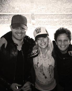 Durante una de sus visitas a la Argentina, Luisana fue con su pancita a la cancha, junto a Michael y su hermano Darío. Foto: Twitter.com