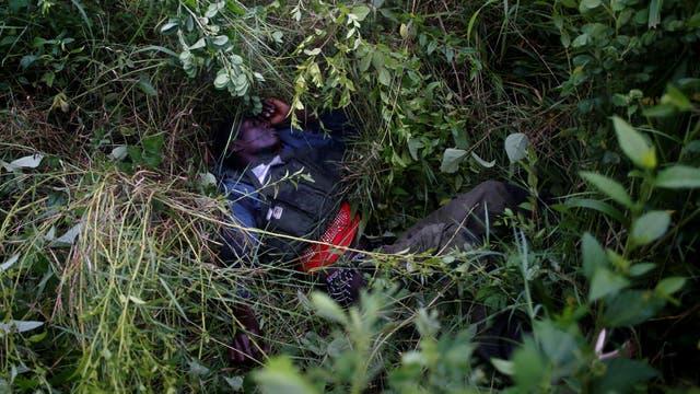 Un rebelde herido de muerte, durante un ataque contra los soldados del Ejército de Liberación Popular del Sudán