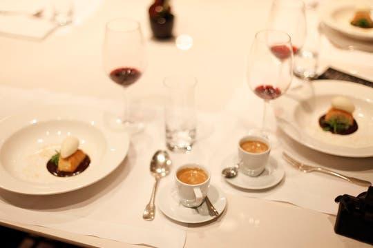 Tarta de castaña con helado de whisky, curry, chocolate, sal, rúcula y pimienta, con café Nespresso Leggero. Foto: Francio de Holanda/Nespresso