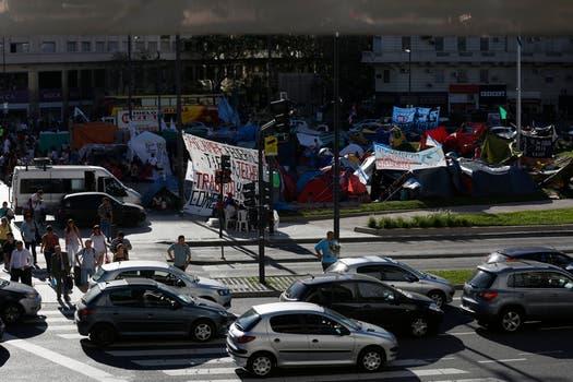 Más de 600 personas de 20 provincias reclaman a la Nación tierra, techo y trabajo; piden que los atiendan, el Obelisco es ahora un inmenso camping. Foto: LA NACION / Fabián Marelli