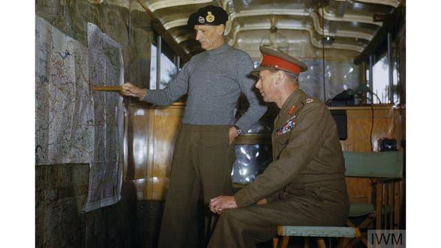 El Mariscal de Campo Sir Bernard Montgomery explica la estrategia aliada al Rey Jorge VI en su caravana de comandos en Holanda, Octubre 1944.
