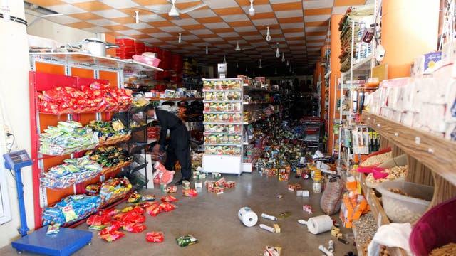 La mercadería de un supermercado desparramada en los pasillos