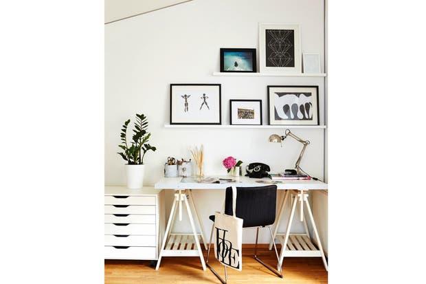 Los caballetes siguen siendo una linda alternativa para armar el escritorio.  /Decohubs.com