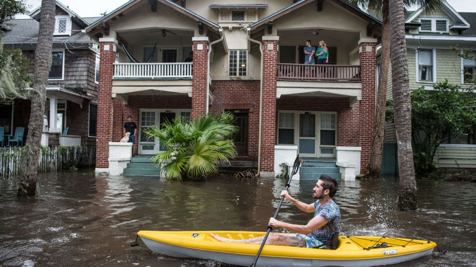 Mucha gente permanece en sus casa aún habiendo inundación. Foto: AFP