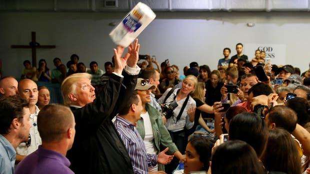 Papelón de Trump en Puerto Rico: vio a damnificados y les tiró papel higiénico