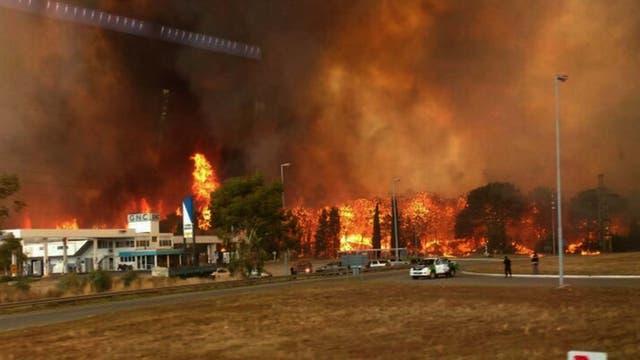 El fuego llegó hasta la estación de servicio, no hubo consecuencias mayores. Foto: DyN