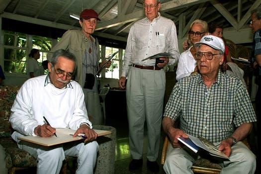 11 de Marzo del 2000, el dramaturgo Arthur Miller,  y Gabriel García Márquez posan en San Francisco de Paula, en La Habana, Cuba después de hacer una peregrinación a la antigua residencia de otro gigante de la literatura, el fallecido Ernest Hemingway. Foto: Archivo