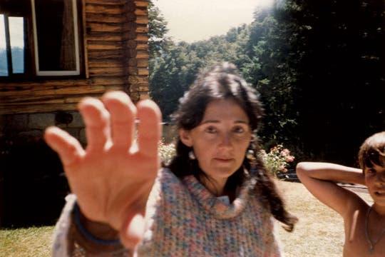 Julia, madre de la autora, trata de evitar la foto.